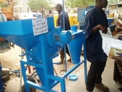 Moulin à céréales sur un marché au Mali