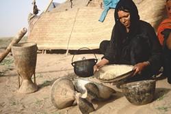 Tri des céréales par une femme touarègue au Niger