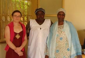 Visite de l'entreprise de céréales Marietout de madame Aminatou Issiaka, avec l'animatrice AcSSA : Mariama Oumarou et la directrice d'Afrique Verte : Caroline Bah