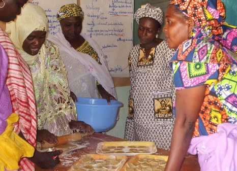 Séance de formation pour les transformatrices, avec madame Hadiza Seyni, d'AcSSA